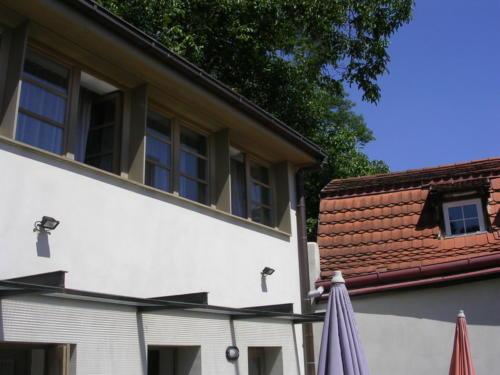 Pohled na domek v zahradě